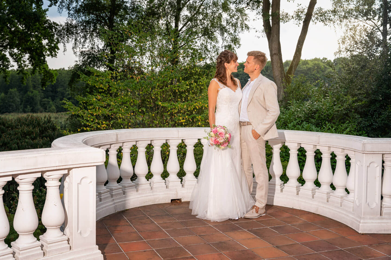 Hochzeitspaar auf Balkon einer Villa