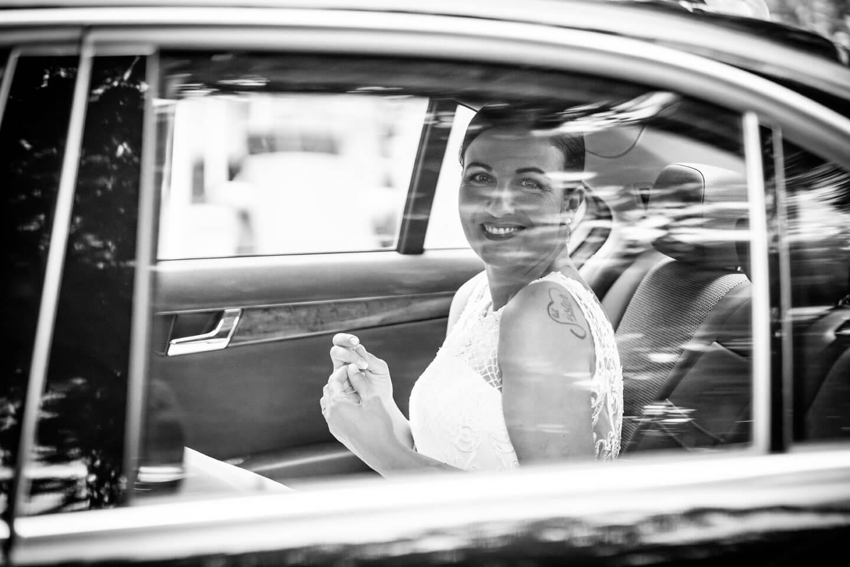 Braut hinter der Autoscheibe