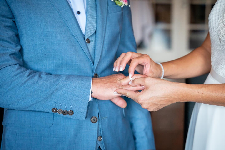 Hervorragend vom Hochzeitsfotograf Florian Läufer festgehalten: Braut steckt Bräutigam den Ring auf