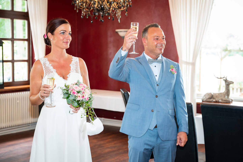 Sekt anstossen zur Hochzeit