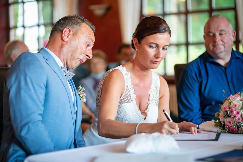 Braut unterschreibt die Heiratsurkunde. Fotograf: Florian Läufer, Hamburg