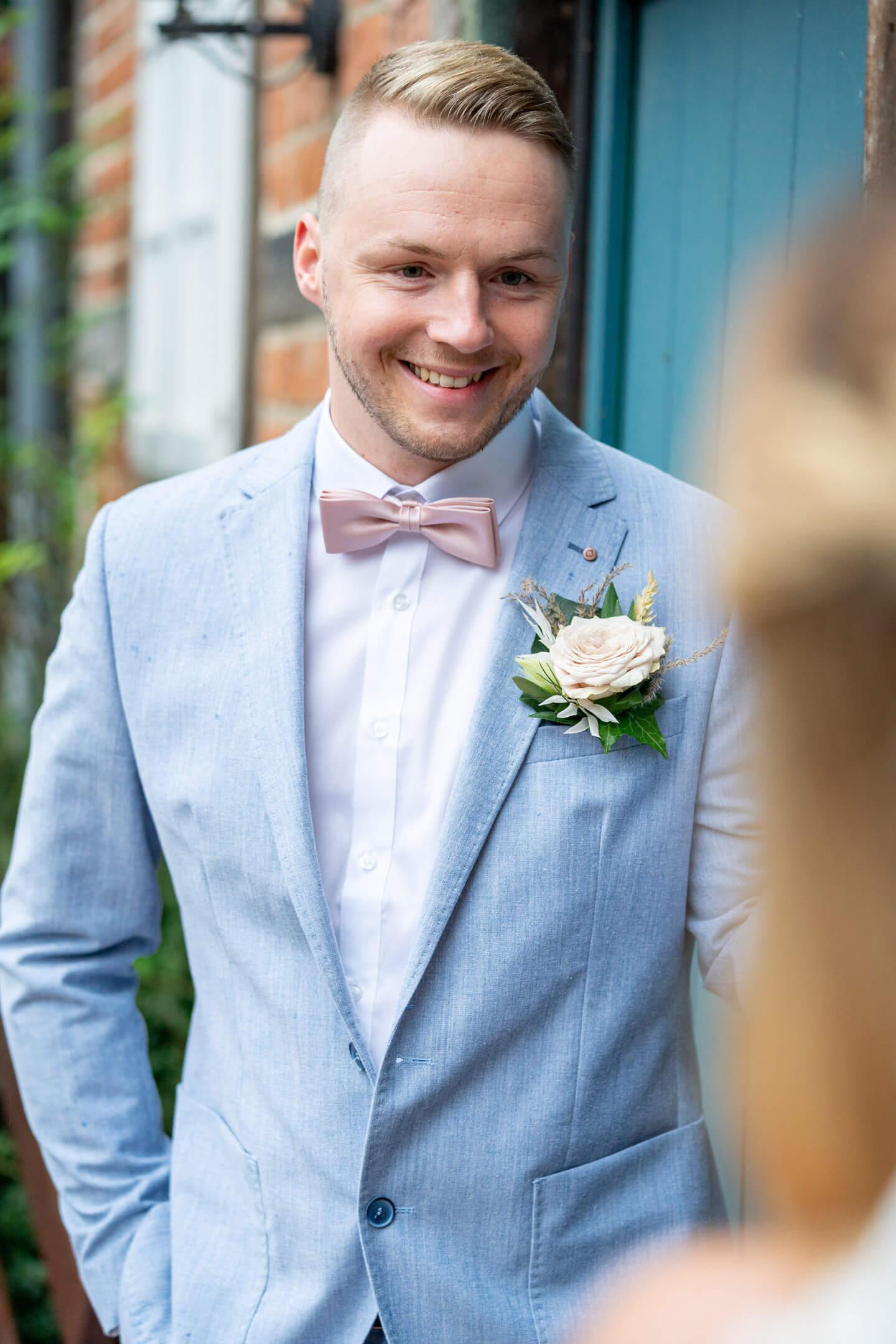 Bräutigam lächelt seine Braut an.