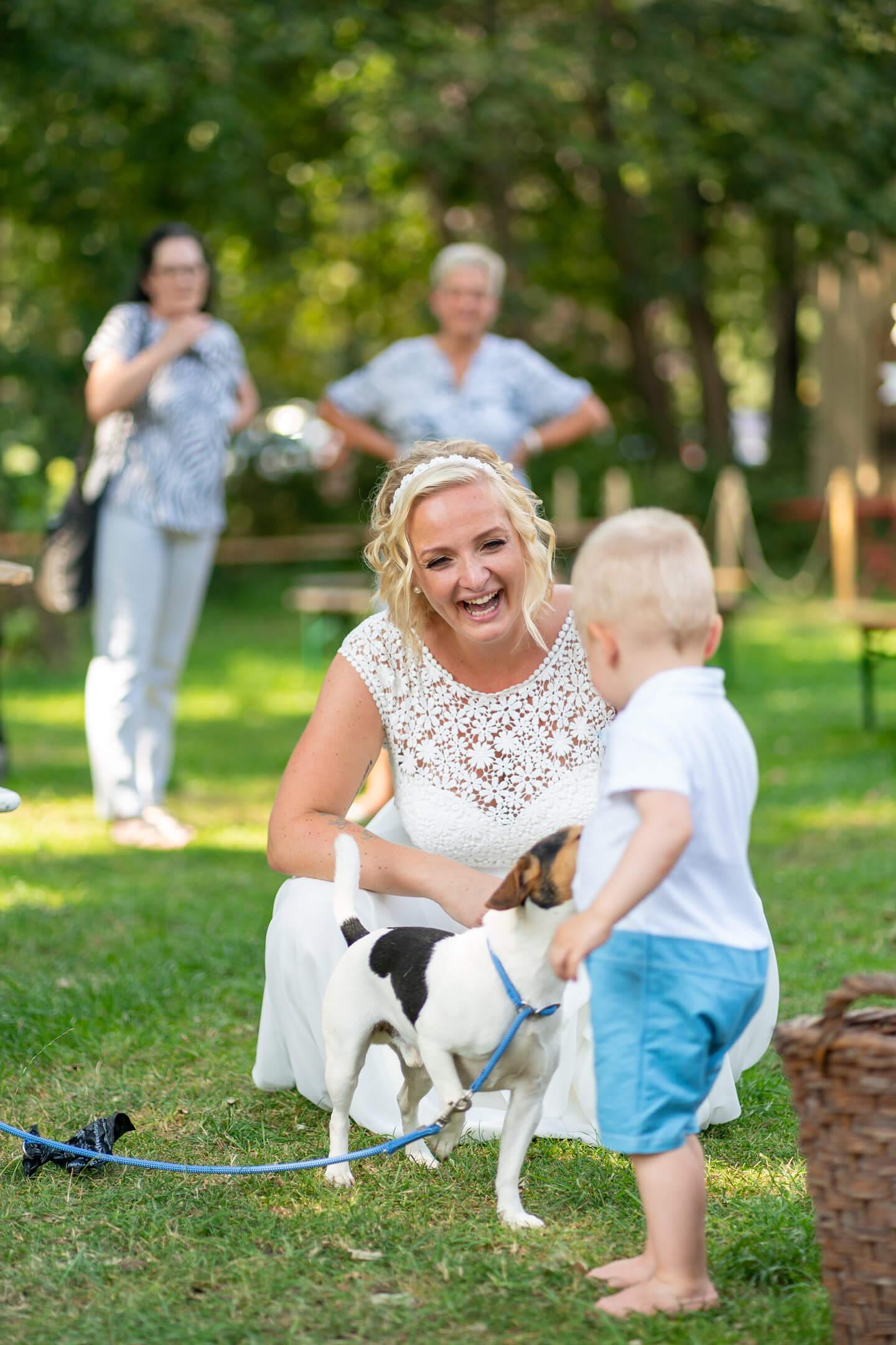Braut mit Hund und Sohn