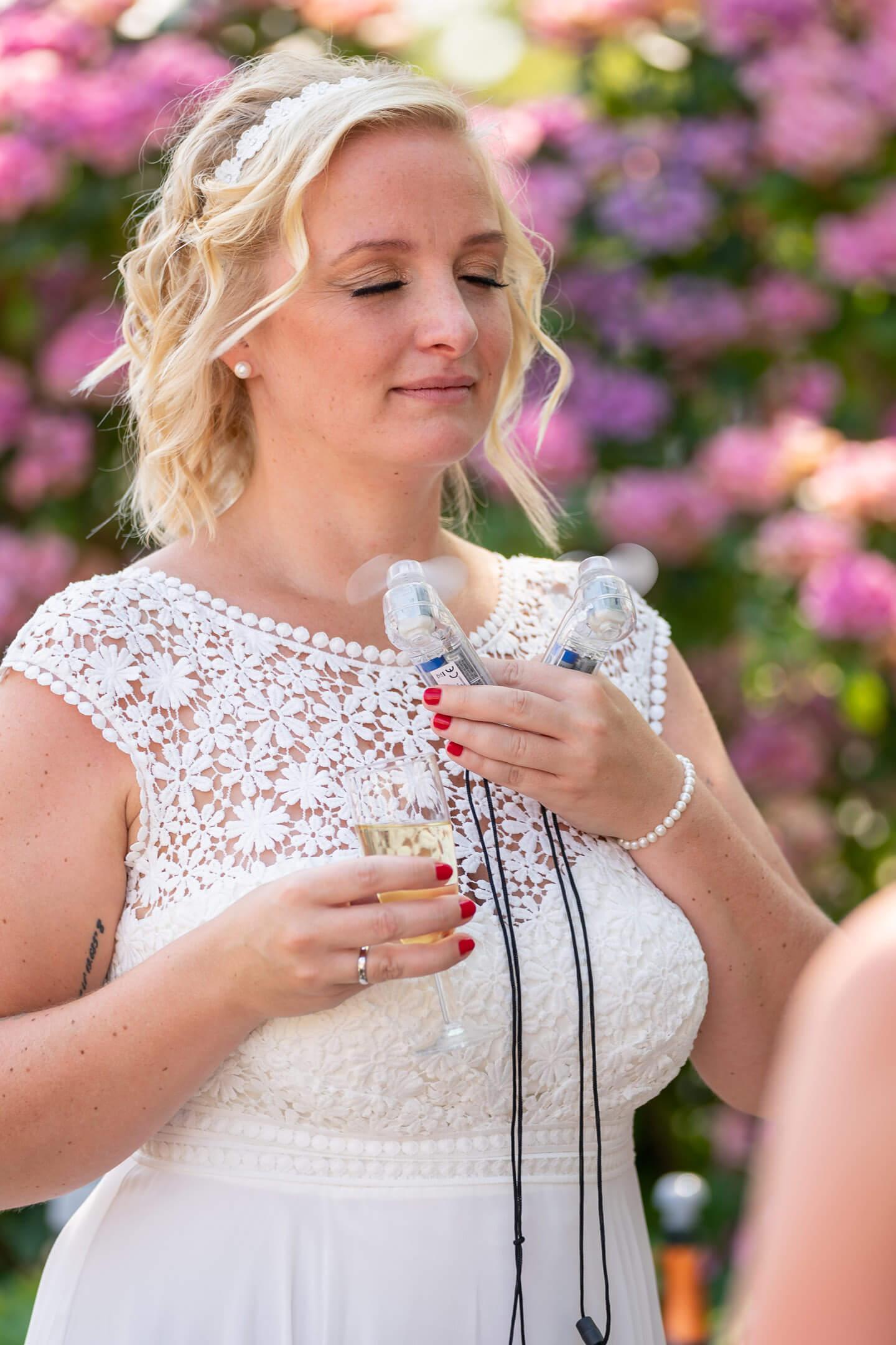 Braut bekommt frische Lust dank Miniventilator