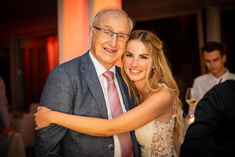 Braut mit ihrem Großvater auf der Hochzeitsfeier im Emporio Tower