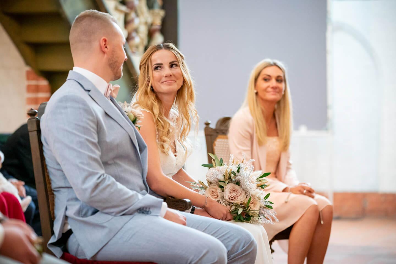 Braut schaut Bräutigam verliebt an. Foto: Florian Läufer