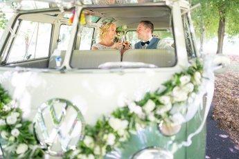 Natürliche Hochzeitsfotos mit VW Bulli