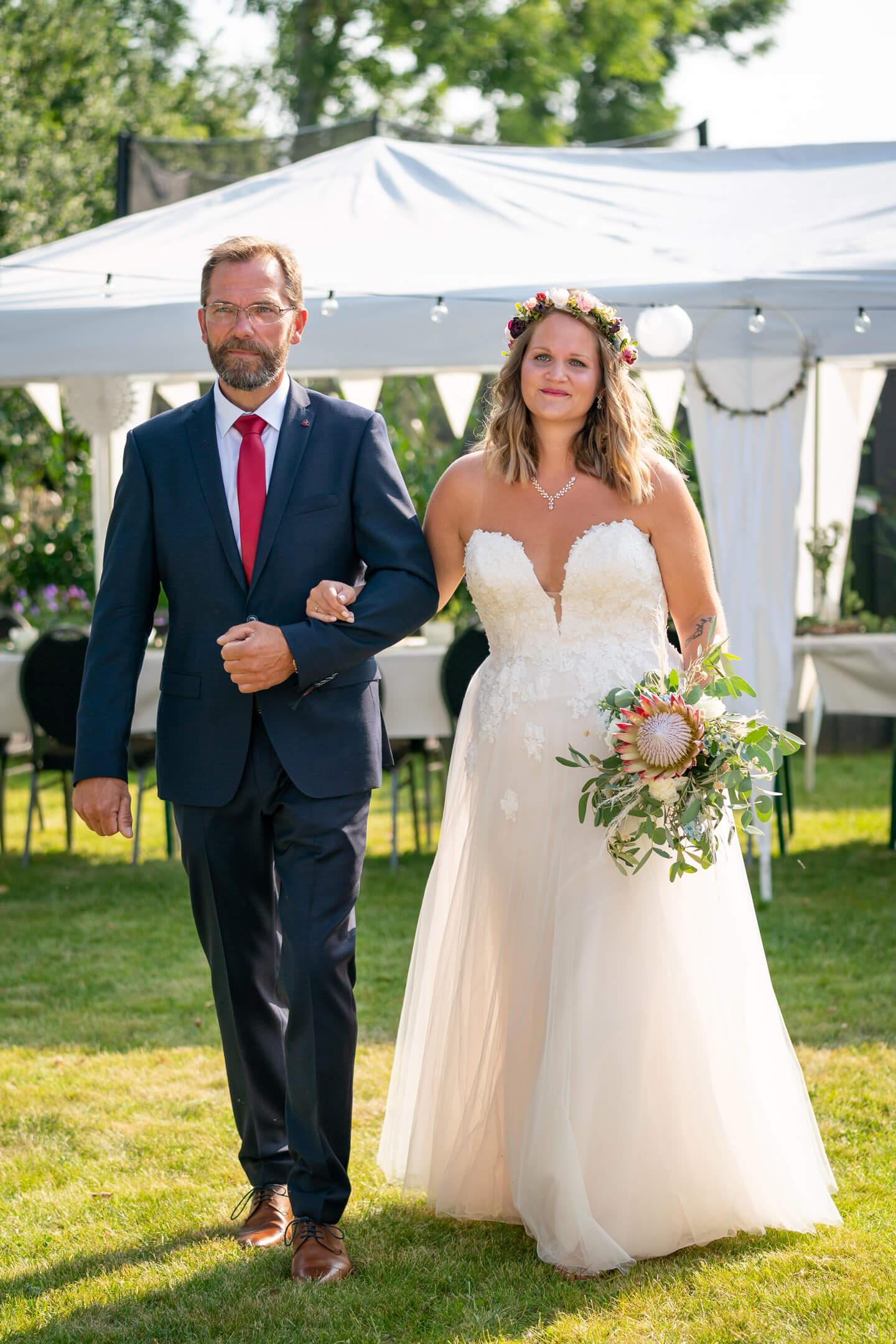 Einzug der Braut mit ihrem Papa bei Gartenhochzeit