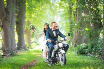 Natürliche Hochzeitsfotos mit Witz! Fotograf: Florian Läufer