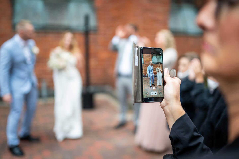 Handyfoto vom Brautpaar