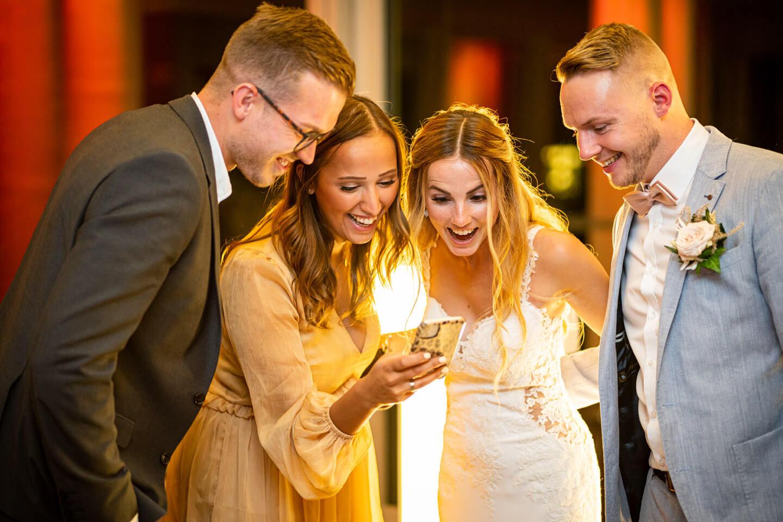Ausgelassene Stimmung auf Hochzeitsfeier im Emporio Tower in Hamburg