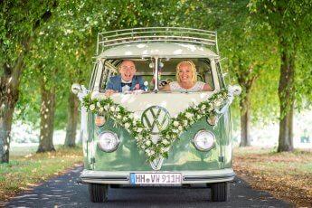 VW Bulli als tolles Accessoires für ein Brautpaarshooting im Goldschätzchen, Peiner Hof. Foto: Florian Läufer