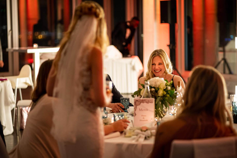 Hochzeitsgäste unterhalten sich mit der Braut