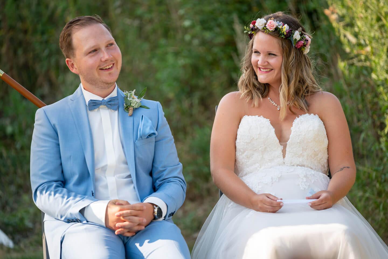 Hochzeitspaar bei ihrer freien Trauung im eigenen Garten