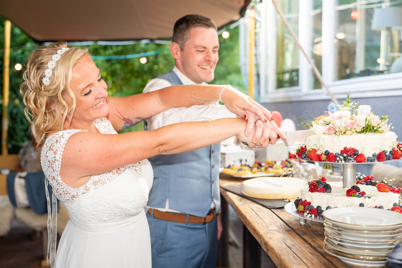 Der Anschnitt der Hochzeitstorte festgehalten von dem Fotograf Florian Läufer