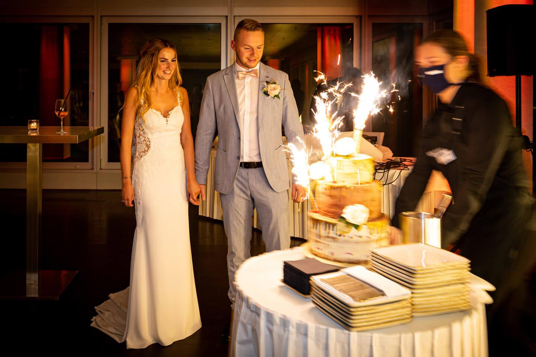 Die Hochzeitstorte wird dem Brautpaar präsentiert