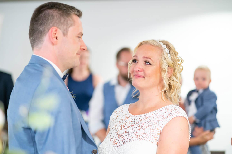 Hochzeitspaar im Trauzimmer vom Standesamt Norderstedt