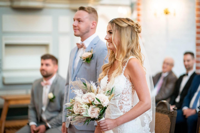 Kirchliche Hochzeit in Buxtehude: Brautpaar am Altar