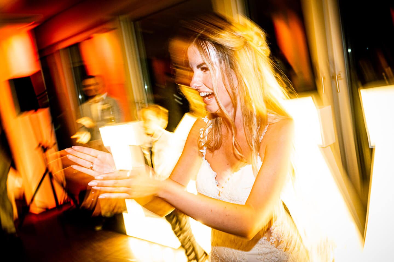 Braut auf Hochzeitsparty