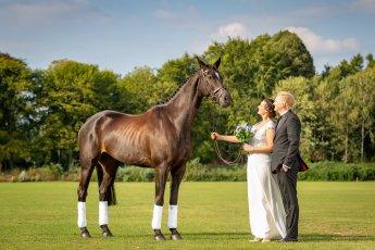 Hochzeitspaar beim Brautshooting mit Pferd im Polo Club Hamburg