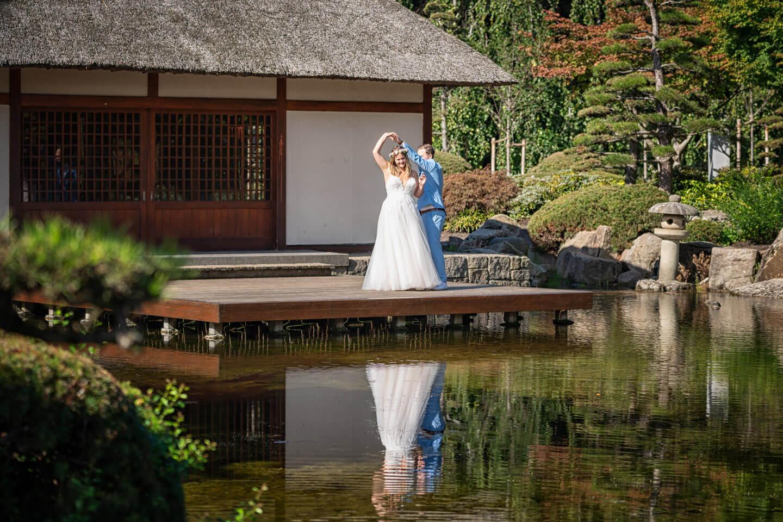 Hochzeitspaar beim After Wedding-Shooting im Japanischen Garten in Planten un Blomen (Hamburg)