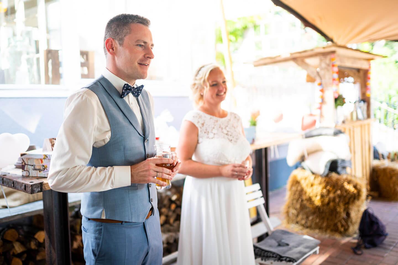 Ehemann hält eine Rede bei Hochzeitsfeier im Goldschätzchen