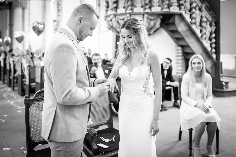 Ringtausch bei kirchlicher Hochzeit in Buxtehude