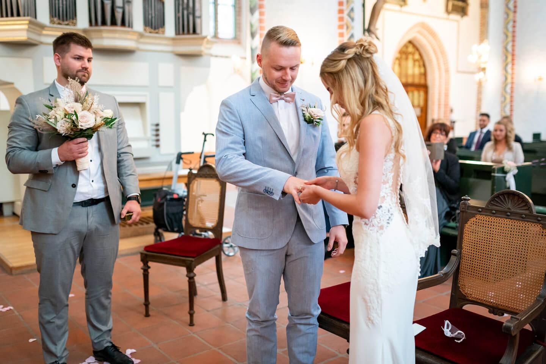 Vom Hochzeitsfotograf Florian Läufer festgehalten: der Ringtausch in der Petri Kirche in Buxtehude