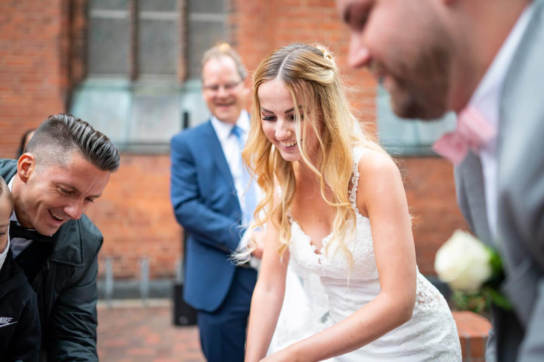 Braut sägt Baumstamm
