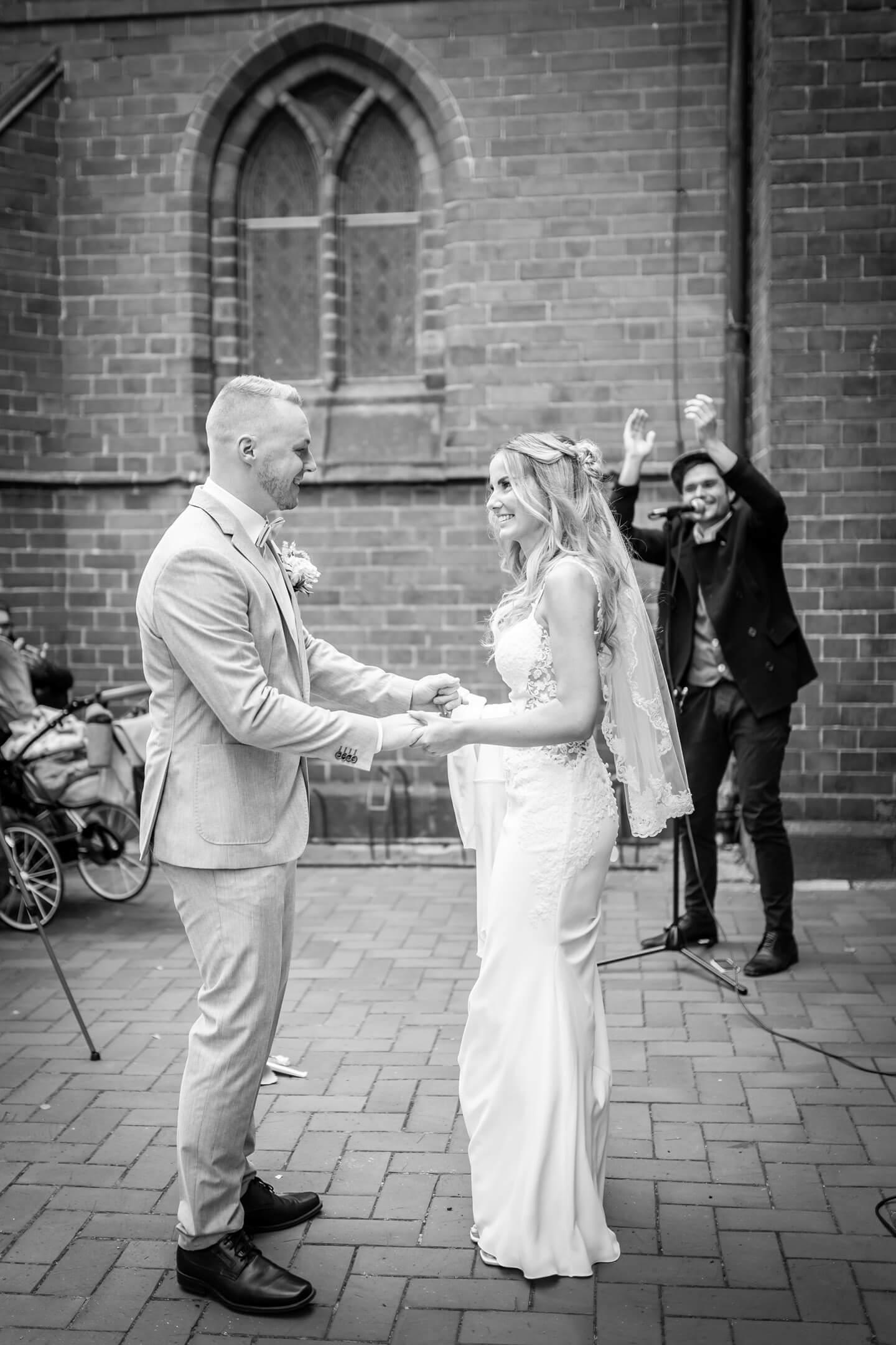 Hochzeitspaar tanzt vor der Petri Kirche in Buxtehude