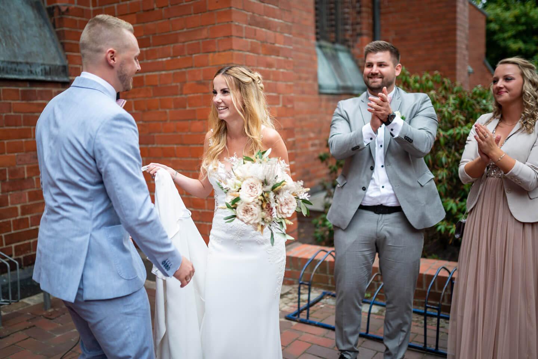 Hochzeitspaar vor der Petri Kirche