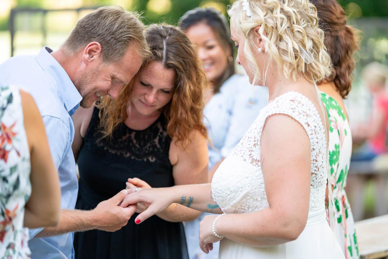 Gäste begutachten den Ehering der Braut