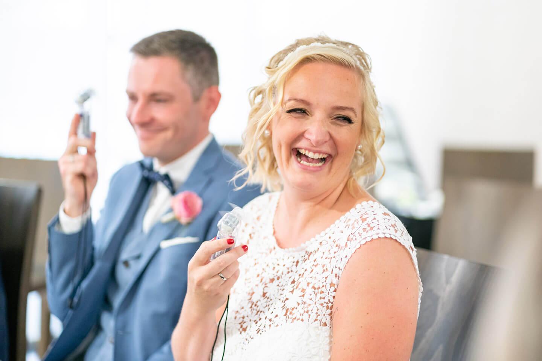 Braut bekommt frische Luft dank Miniventilator