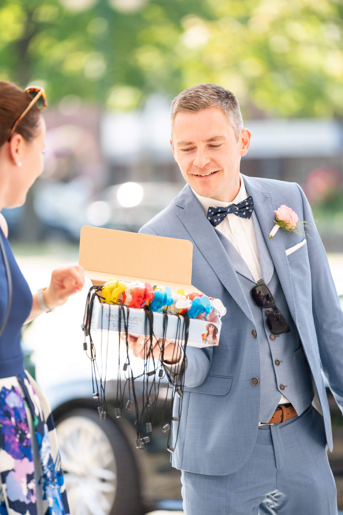 Miniventilatoren werden für eine Hochzeit verteilt
