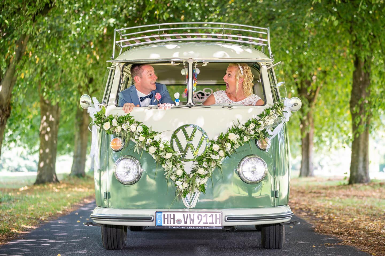 Witzige Hochzeitsbilder mit VW-Bulli. Fotograf Florian Läufer