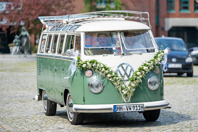 VW Bus Hochzeitspaar