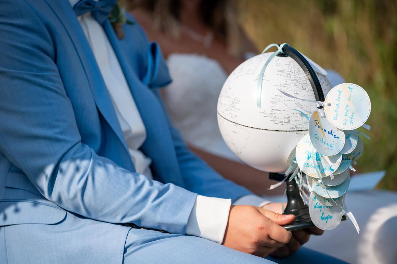 Weltkugel mit Wünschen für das Hochzeitspaar