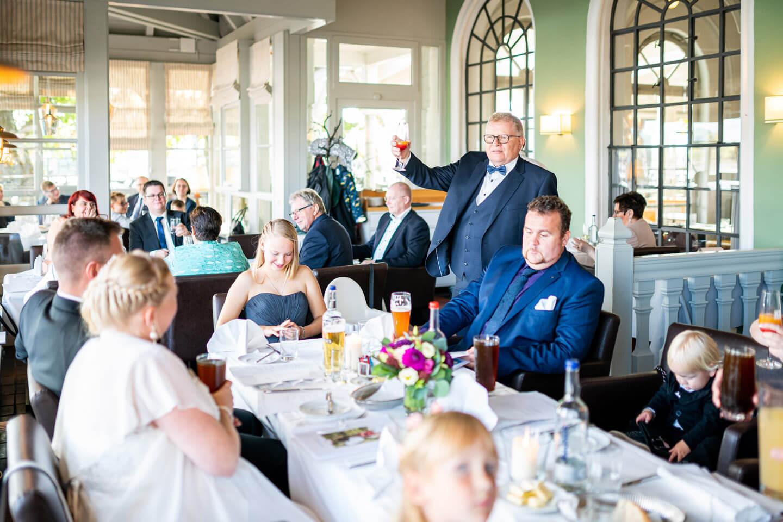 Brautvater hebt das Glas nach seiner Rede im Zollenspieker Fährhaus