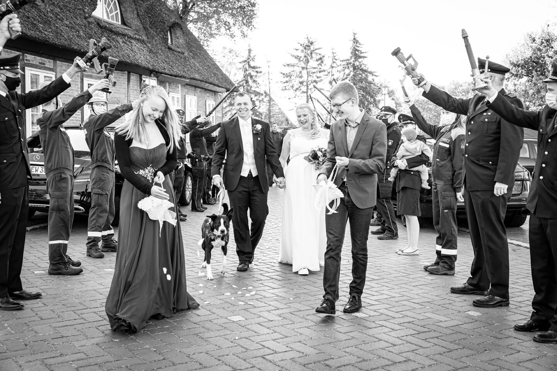 Spalier Feuerwehr mit Hochzeitspaar