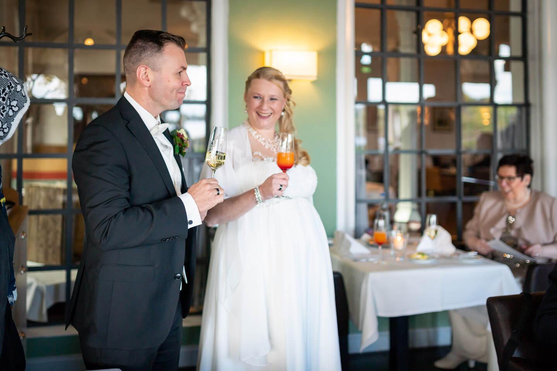 Anstoßen bei der Hochzeit