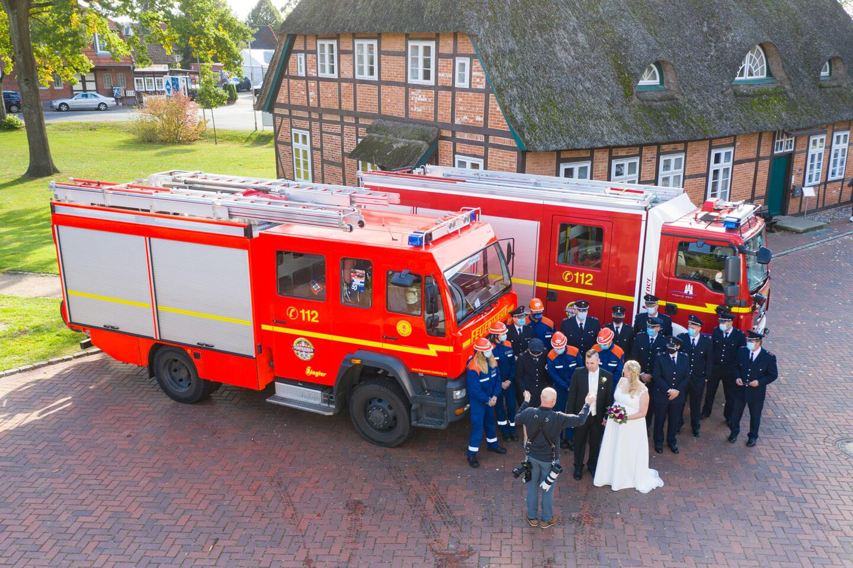Drohnenaufnahme vom Hochzeitsfoto mit der Feuerwehr
