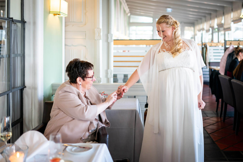 Gast begutachtet den ehering ber Braut im Zollenspieker Fährhaus.