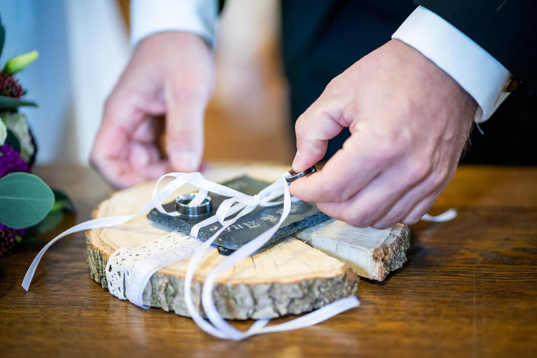 Bräutigam nimmt den Ehering zum Ringtausch