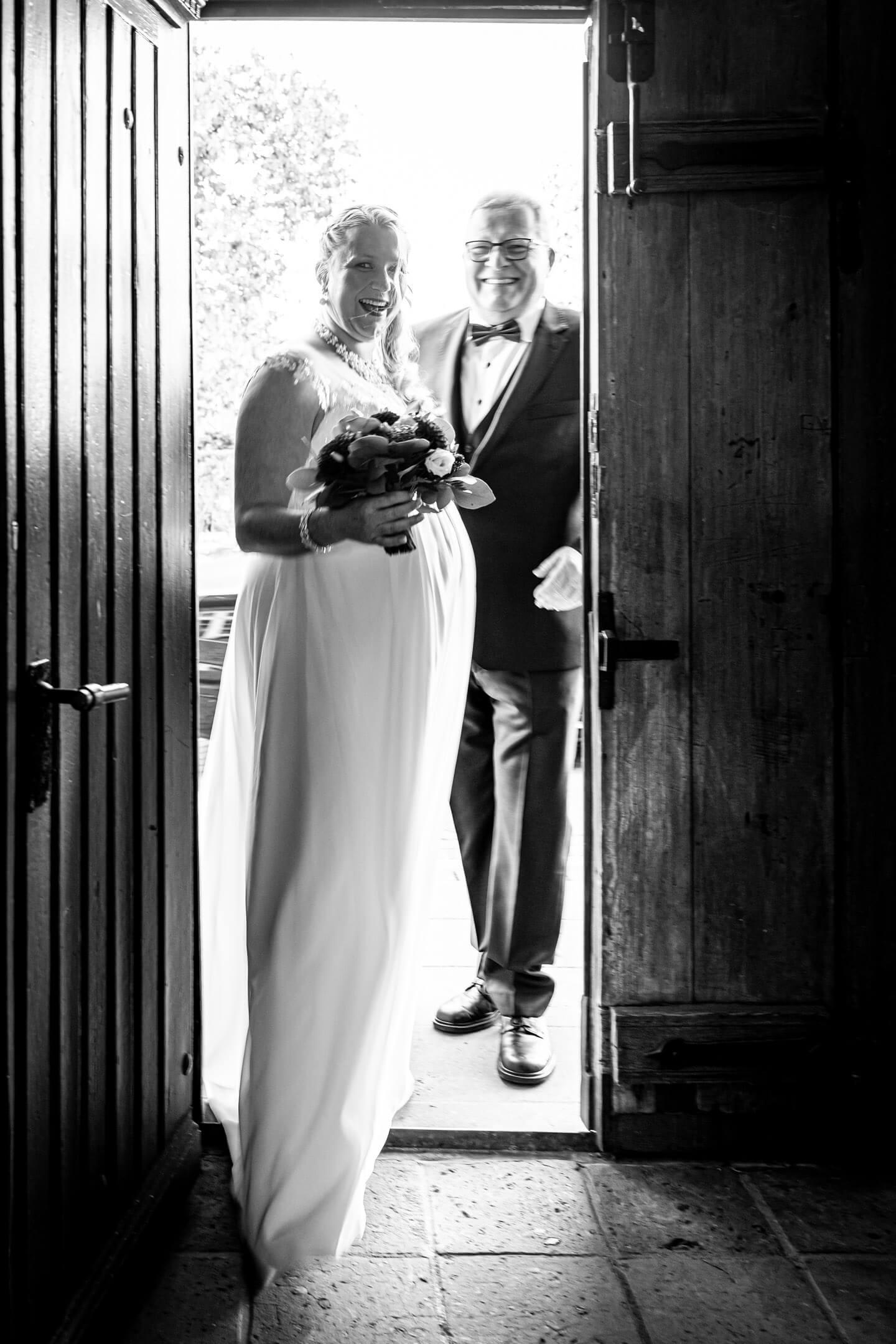 Braut tritt mit Brautpapa ins Standesamt