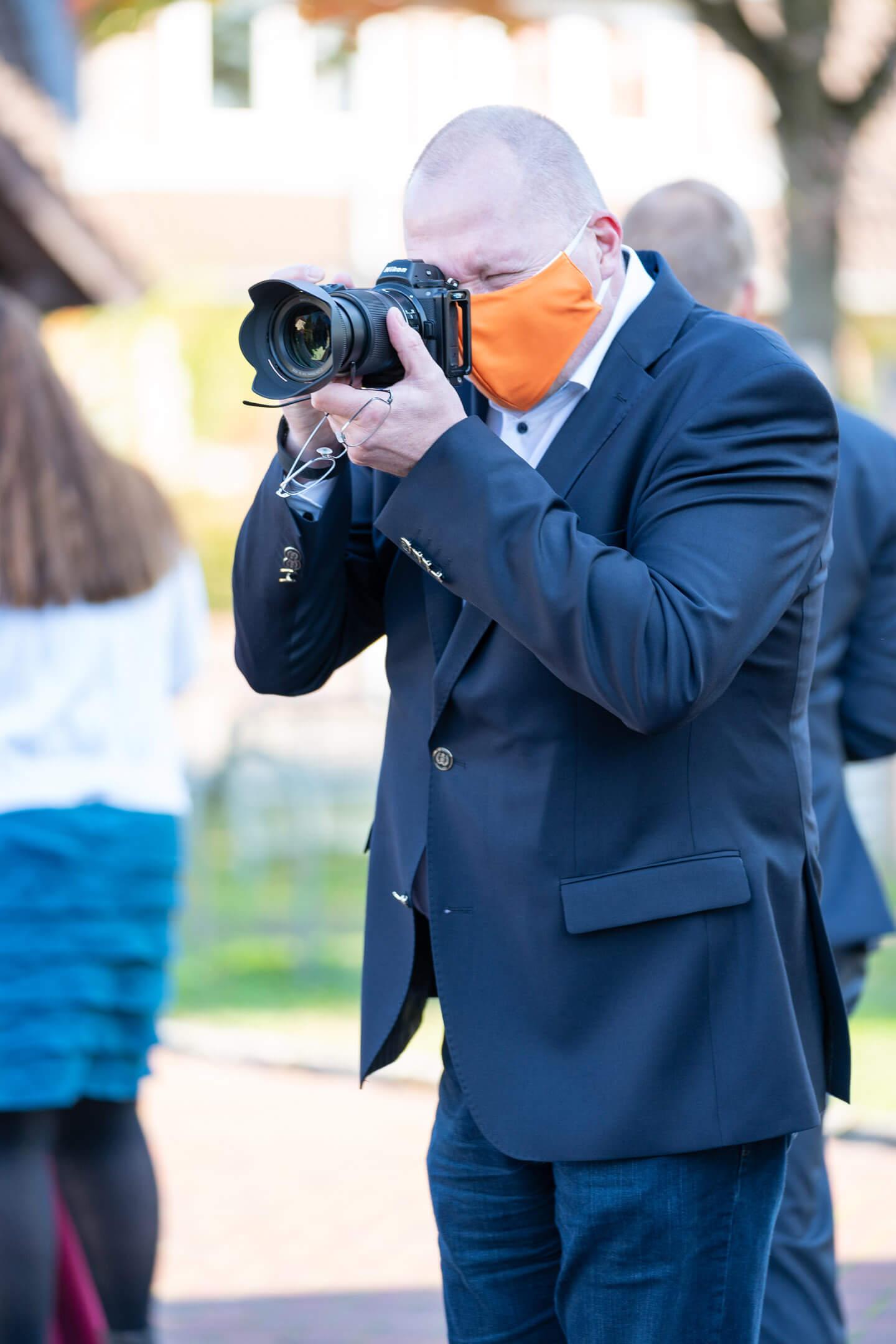Fotograf mit Mundschutz auf Hochzeit