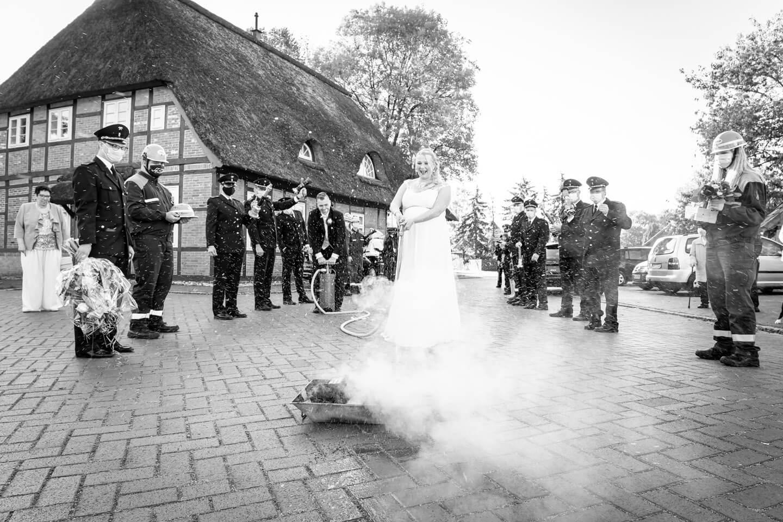 Braut löscht feuer vor dem Standesamt Marschacht
