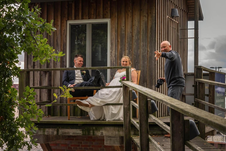 Hochzeitsfotograf mit Brautpaar am Zollenspieker