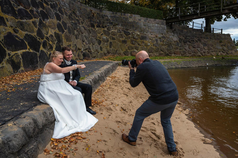 Hochzeitsfotograf Florian Läufer mit Hochzeitspaar am Zollenspieker Fährhaus