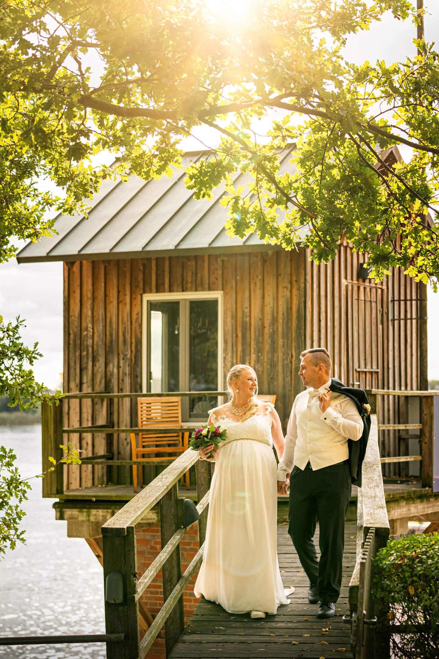 Hochzeitsfotos am Zollenspieker bei Gegenlicht im Herbst