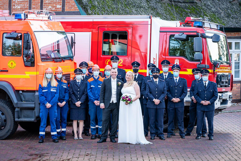 Hochzeitspaar mit Feuerwehr